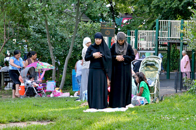 women-doing-salat-in-prospect-park-brooklyn